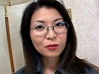 丸いメガネがセクシーな三十路の痴女奥様