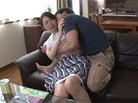 息子からの激しいキスで断る術を失った母が猛烈なピストン攻撃で何度も絶頂