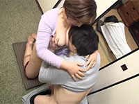 父親が横で寝ているのに母の身体を求めてくるエロバカ息子に抵抗しつつ、溜まった欲求不満と性欲に肉体は息子のチンポを受け入れる